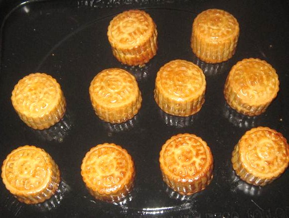 Baked mini mooncakes with salted egg yolk