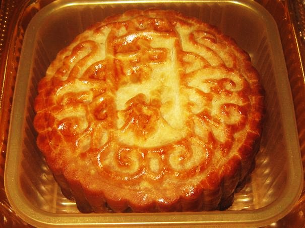 Fragrant and delicious mooncake in box